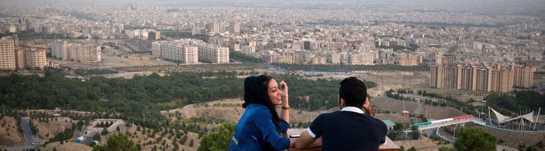 """Samaneh and Shayan, a young pair rests on Kuhsar heights with a view over Tehran. Photo: Kaveh Rostamkhani  Handout: Im Rahmen der Berichterstattung zur Ausstellung """"Iran: Generation Post-Revolution"""" im Juli 2016 in Muenchen, duerfen maximal zwei Handout-Fotos honorarfrei veroeffentlicht werden. Veröffentlichung außerhalb des Kontexts des Foto-Essays ist untersagt."""